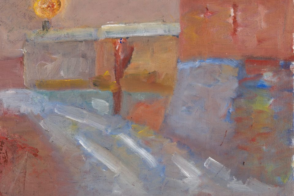 Oljemålning av en gata med låga hus. Mest roströda och gråblå färger samt en glödande sol eller måne.