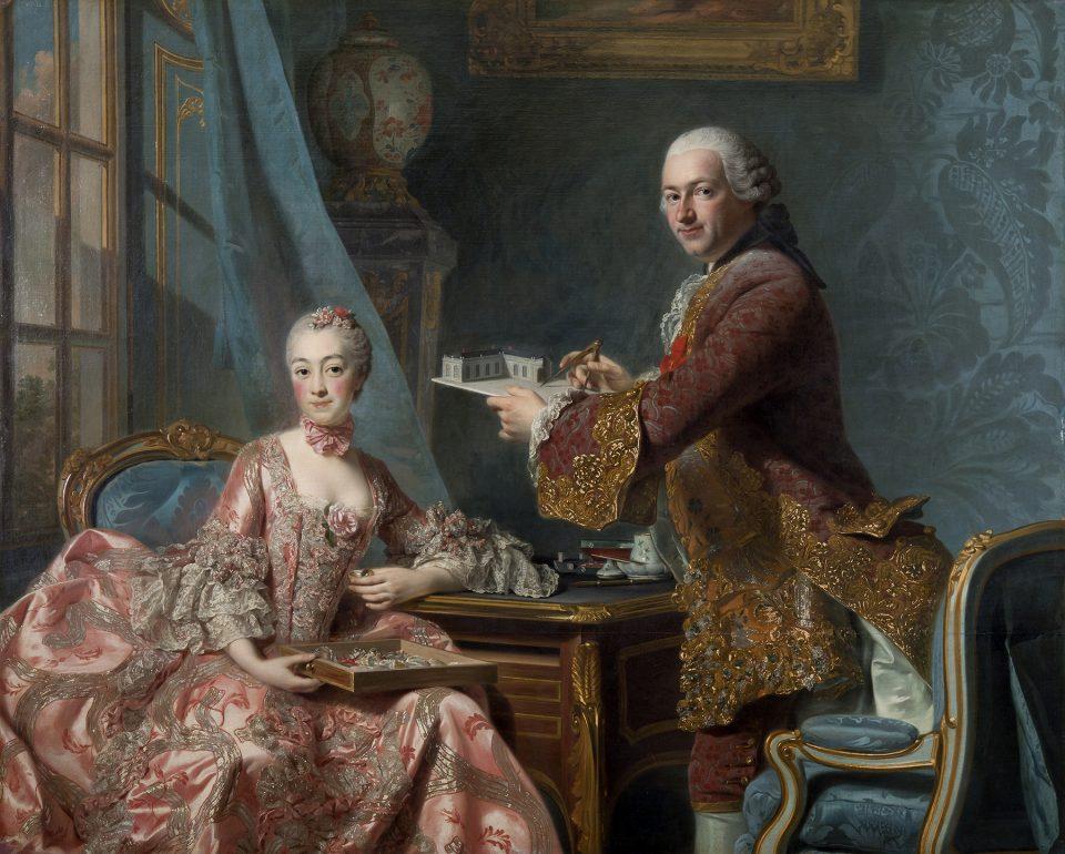 Kvinna i rosa, dekorerad 1700-tals klänning sitter ned och bredvid står man i tjusig dräkt och vit peruk.
