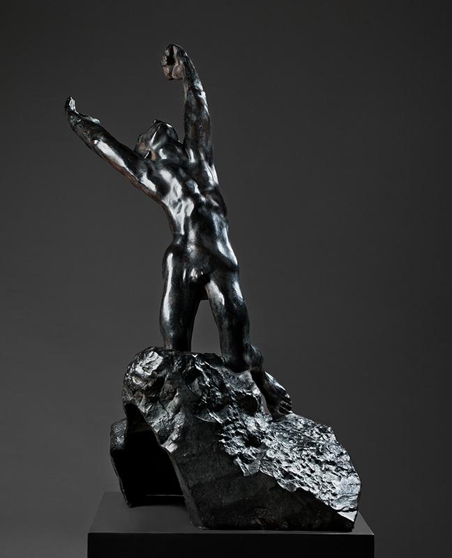 Svart staty av person i helfigur som sträcker sig uppåt, bakåt.