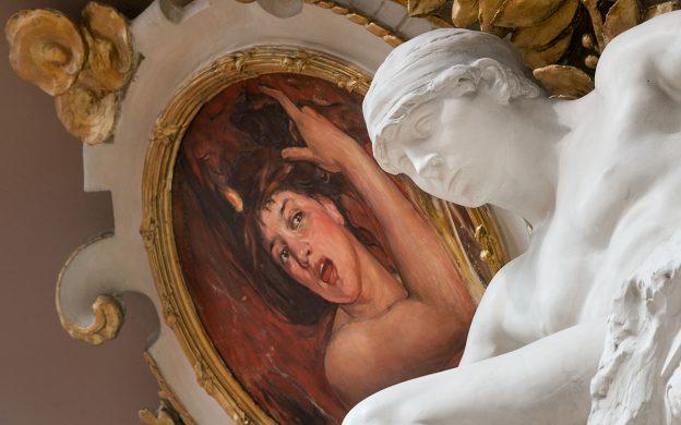 Museisal med skulptur och målning