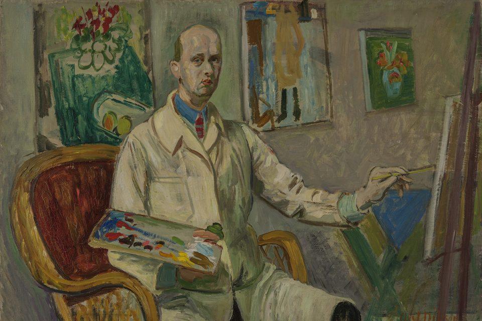 Självporträttsmålning av man i vit rock framför staffli i målarateljé.