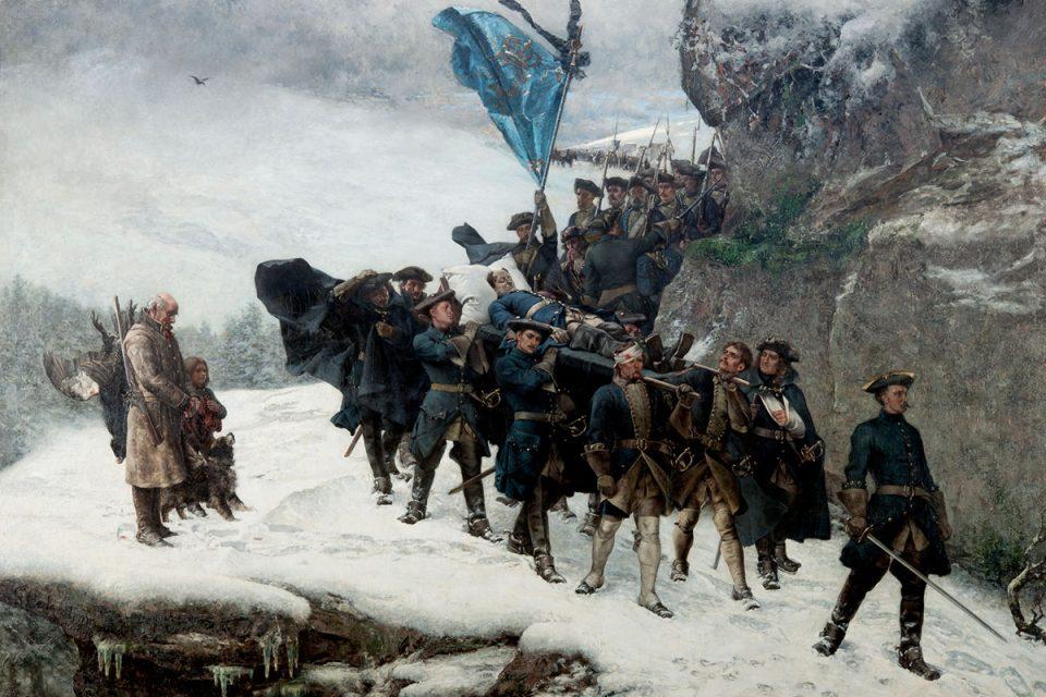 Målning av Karl XIIs likfärd där ett tiotal män tågar på snöig väg intill klippor.