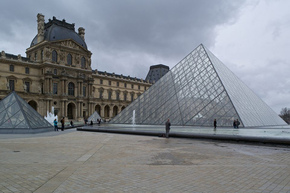 Foto av glaspyramiden vid entrén till Louvren i Paris