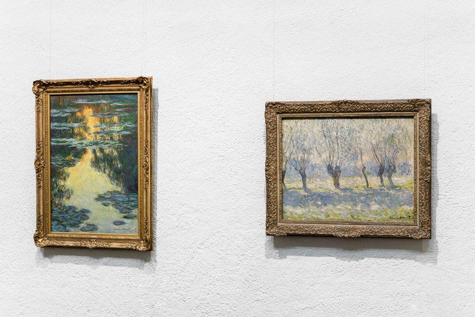 Två impressionistiska målningar av Claude Monet i guldram mot vit vägg. Till vänster: näckrosdam Till höger: pilträd på rad