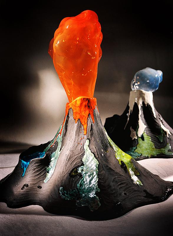 Glas- och keramikskulptur av två stycken vulkaner