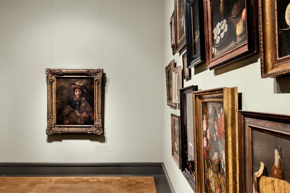 Museisal, vägg till höger med många målningar av stilleben, rakt fram hänger Rembrandts målning Riddaren med falken.