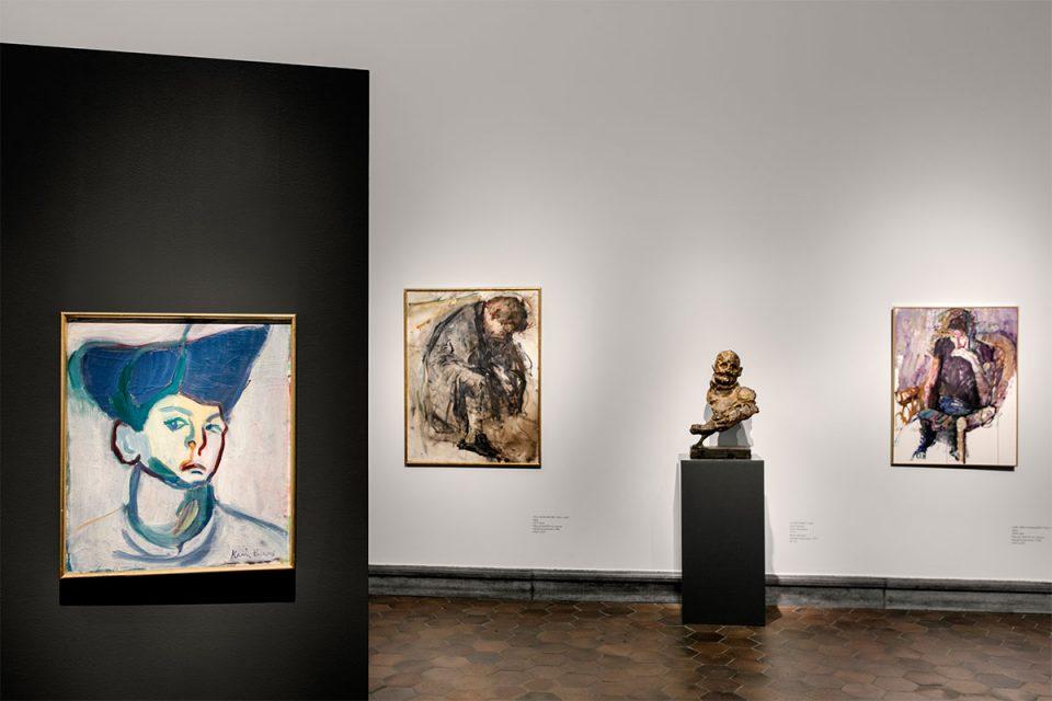 Museisal med tre porträtt i modern stil, en mindre skulptur på pidestal.