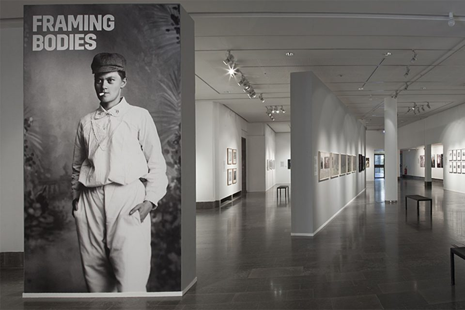 Interiör av utställningshall med vita väggar