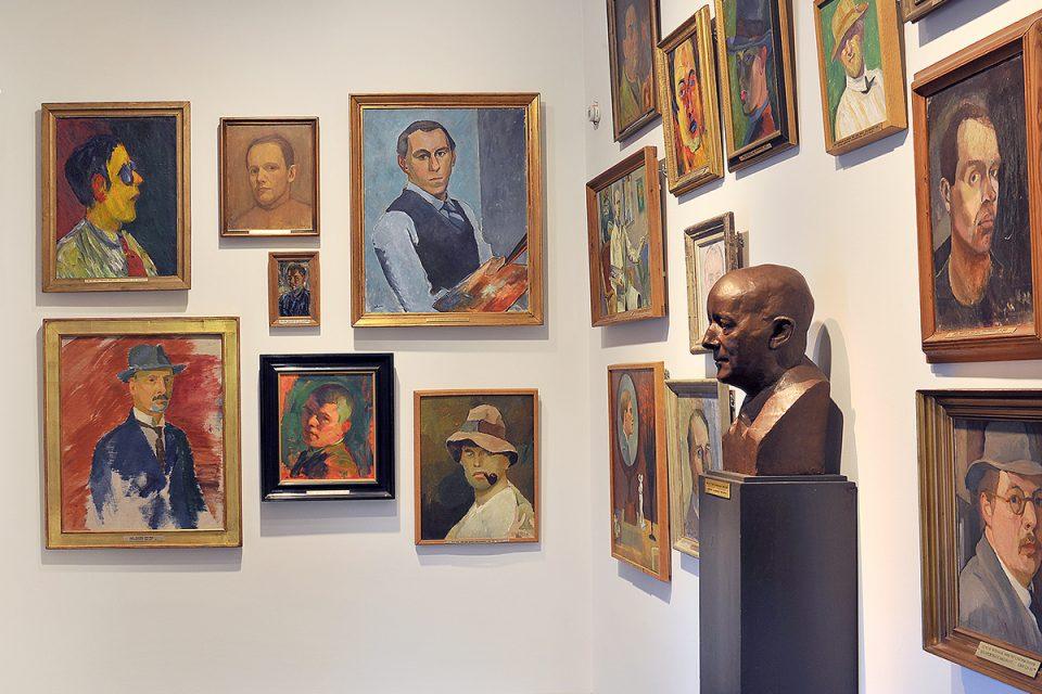 Mindre museirum med porträttmålningar placerade tätt intill varandra.