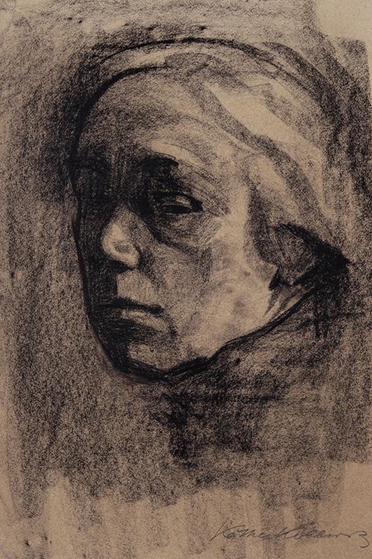 Kathe Kollwitz självporträtt i trekvartsprofil från vänster utförd i kol på beige papper.