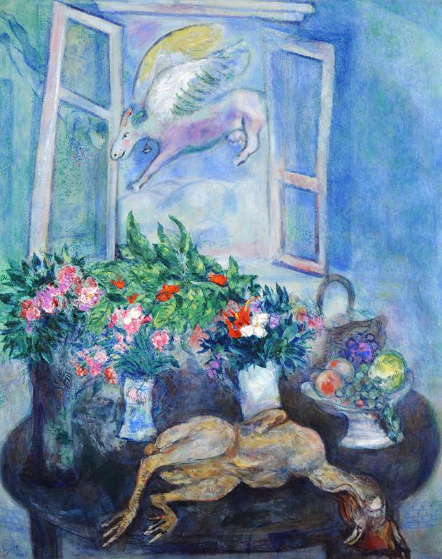 Oljemålning i främst blå färger föreställande ett bord med flera blomstervaser, en död höna och ett öppet fönster som en enhörning flyger in genom.