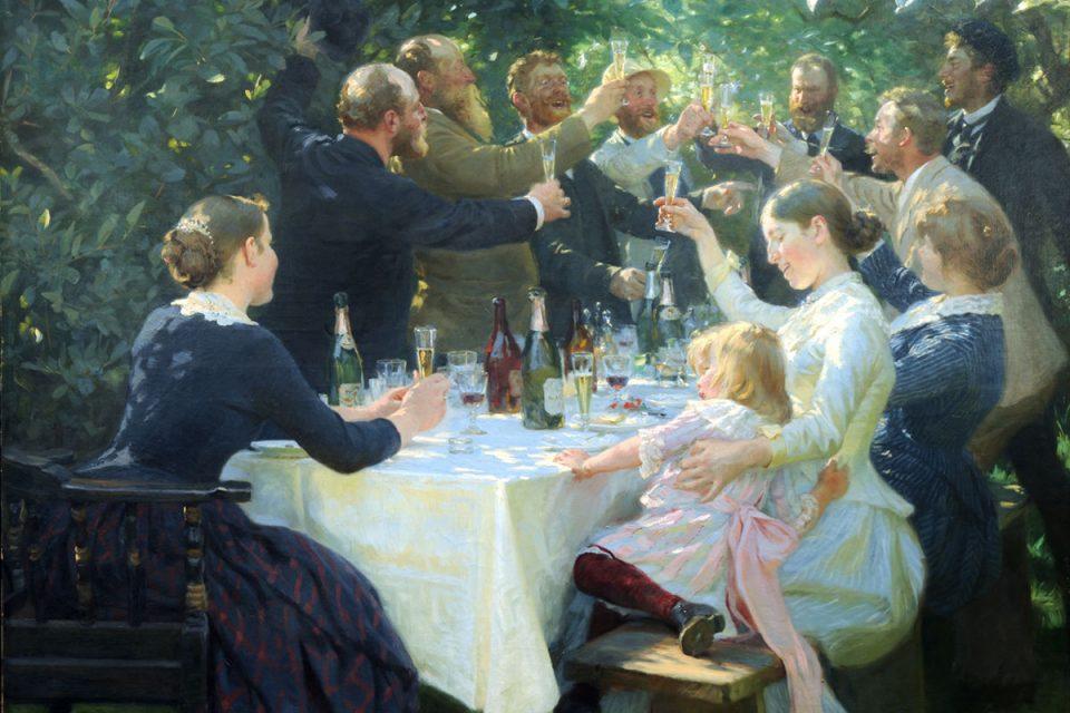 Oljemålning av stort sällskap vid dukat bord i trädgård. Det är festlig stämning och det skålas i glasen.