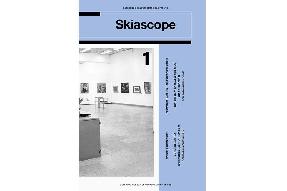 Bokomslag i blått med svartvit bild från utställningssal.
