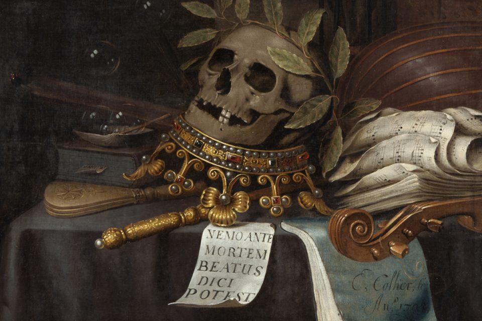 Oljemålning i mörka färger, stilleben med döskalle dekorerad med lagerbladskrans, placerad på en upp och ner vänd krona.