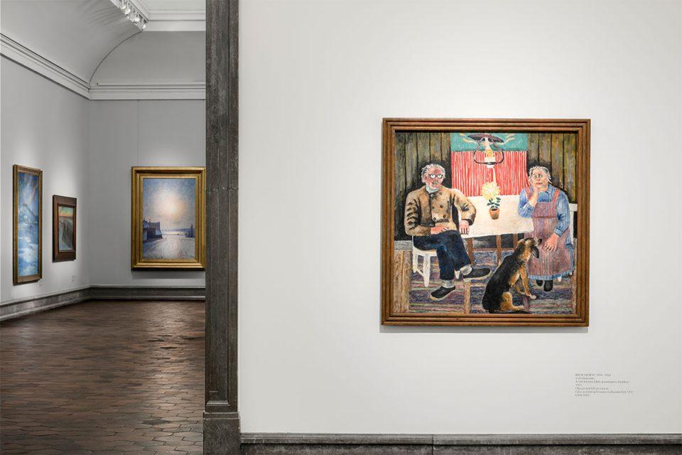 Dörröppning mellan museisalar, målning på vit vägg av ett äldre par som sitter vid köksbord.