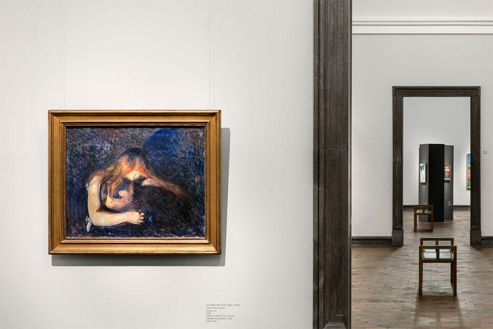 Väggar och dörröppningar mellan museisalar. Målning i mörka färger av kvinna som lutar sig över och håller om en man.