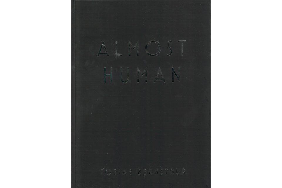Bokomslag helt i svart med blank svart text