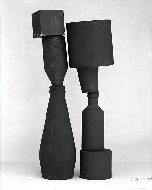 Svartvit foto av skulptur med geometiska former i svart