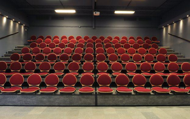 Gradäng med stolar i föreläsningssal.
