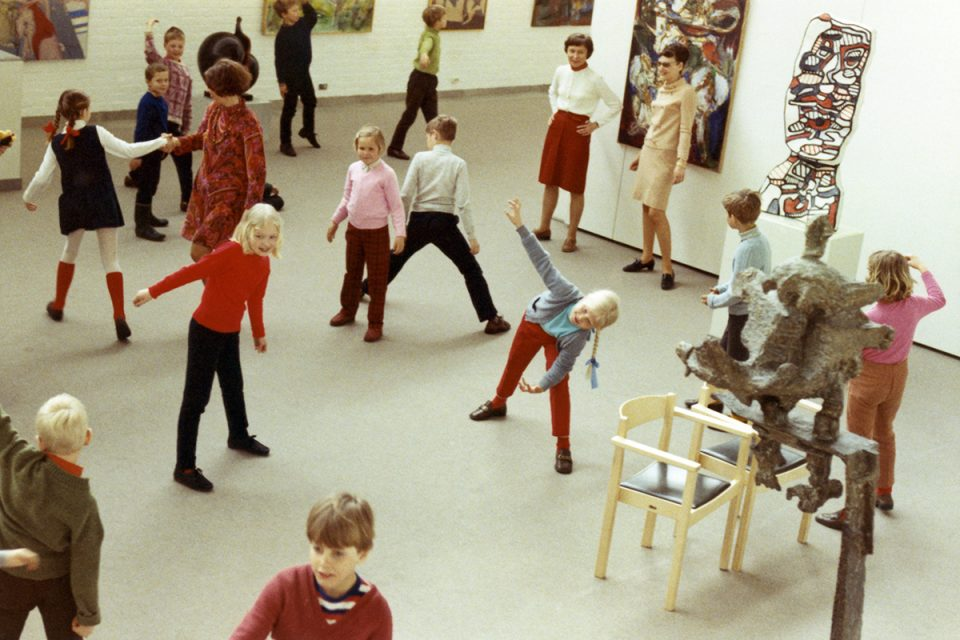 Foto från 1970 med barn i museisal som utför olika rörelser