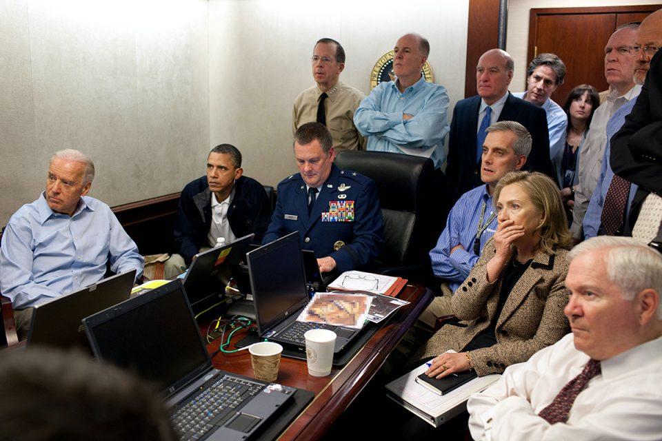 President Barack Obama och hans närmaste stab sitter i litet rum med blickarna vända mot samma skärm och visar oroliga ansiktstryck.