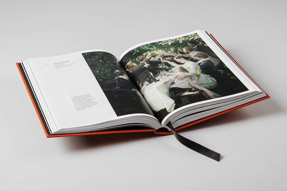 Uppslag av bok med vita sidor och stor bild av målning med människor vid festmåltid utomhus.