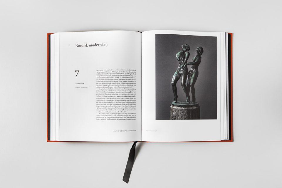 Uppslag av bok med vita sidor, svart text. Stor bild av skulptur på höger sida.
