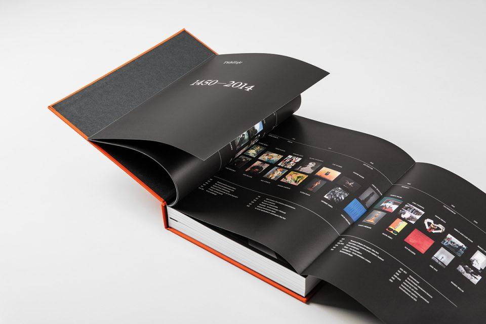 Uppslag med svarta sidor och vit text av stor bok