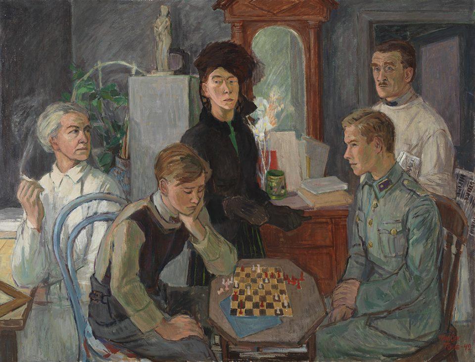 Porträtt av familj med fem personer, varav två är försjunkna i ett schackspel.