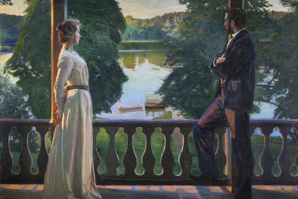 Oljemålning av ett par placerade på varsin sida av måningen, båda blickar ut från veranda mot vatten och grönska i milt sommarljus.